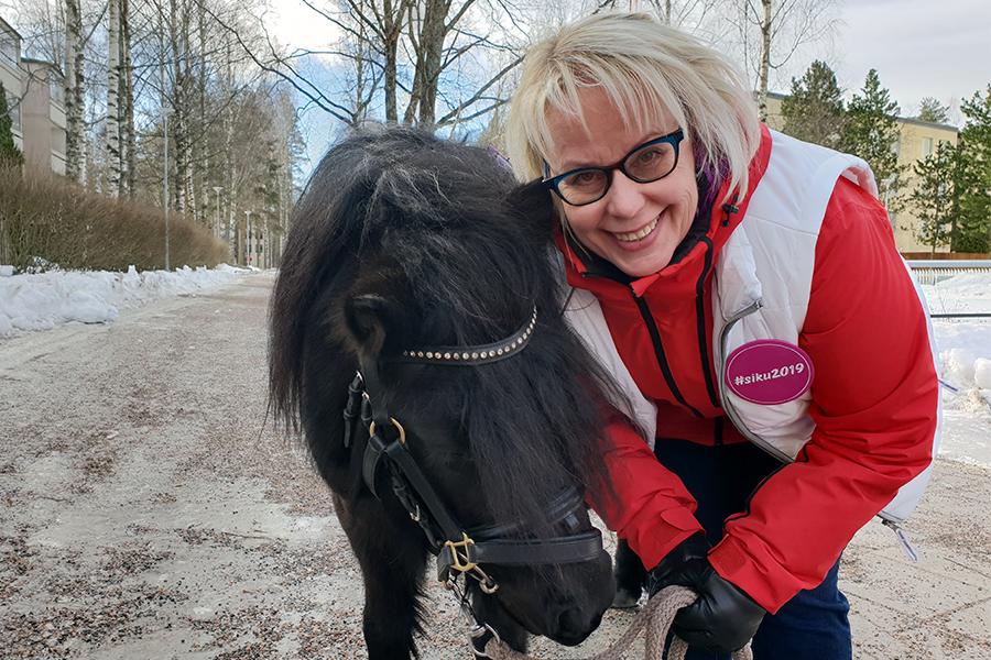 Sirkka-Liisa Kähärä asukastapahtumassa Koivukylässä